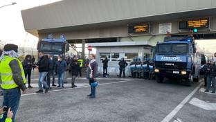 Trieste, gli agenti sgomberano con gli idranti il porto