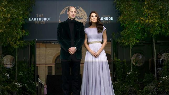 I duchi di Cambridge agliEarthshot Prize Awards di Londra: lui pare 007, lei stordisce