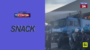 Porto di Trieste, la polizia apre gli idranti per disperdere i manifestanti No Green pass