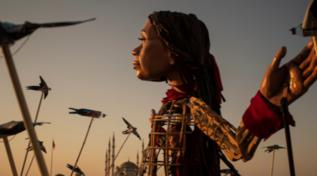 Little Amal arriva in Gran Bretagna: le foto del viaggio del burattino siriano