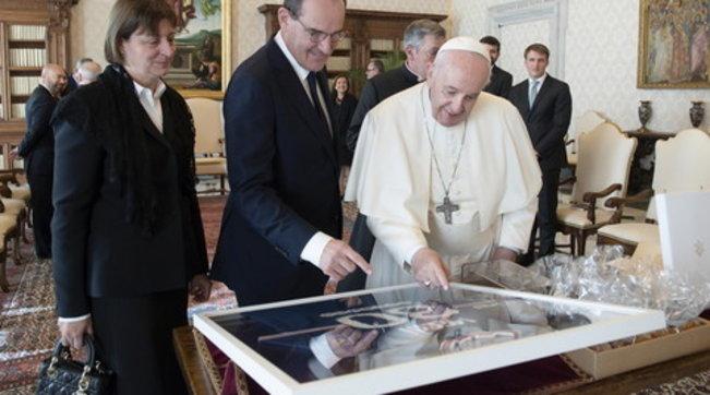 Vaticano, il premier francese Castex regala al Papa la maglia di Messi autografata