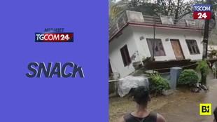 Maltempo in India, casa portata via dal fiume