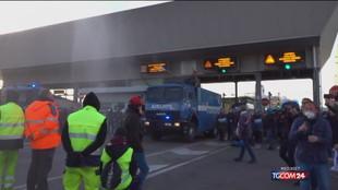 Trieste, idranti e lacrimogeni per sgomberare i manifestanti