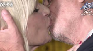 """""""Uomini e Donne"""", il bacio tra Gemma e Costabile"""