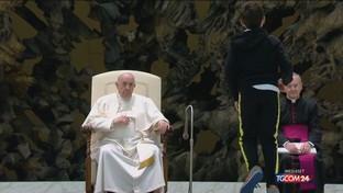 Bimbo sale sul palco all'udienza generale: il Papa gli dà una sedia