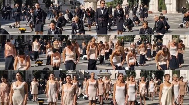 Alitalia, le ex hostess si spogliano per protesta: via le uniformi