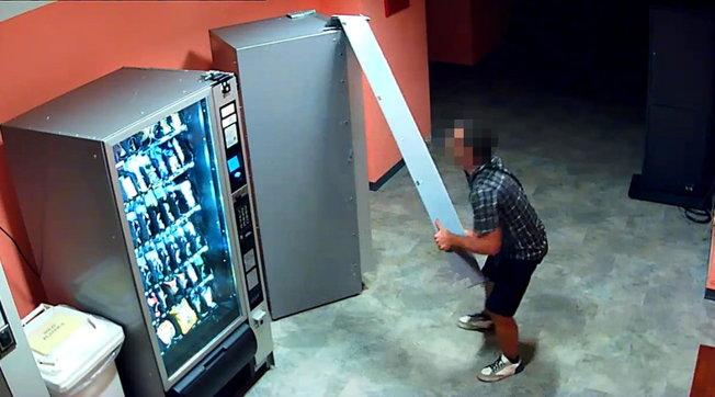 """Lodi, identificato il """"ladro di merendine"""" dopo tre anni di furti nelle scuole: 60mila euro di danni"""