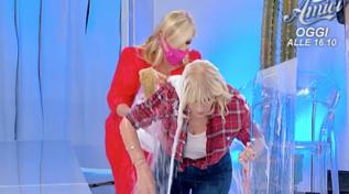 """""""Uomini e Donne"""", Tina rovescia un secchio d'acqua addosso a Gemma... di nuovo"""