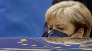 Consiglio europeo, l'ultimo summit con Angela Merkel: dalla standing ovation dei leader Ue al saluto di Obama