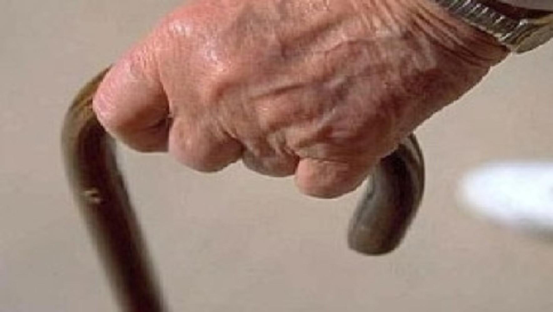 Taranto, anziano sposato a sua insaputa con la badante che si appropria di 200mila euro e della casa