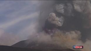 L'Etna torna a eruttare: fontane di lava e dense nubi dal cratere