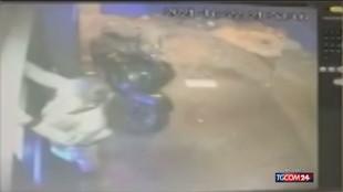 Napoli, ragazza rapinata e trascinata via con l'auto