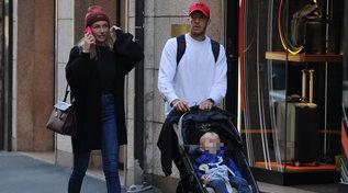 Massimo Ambrosini, passeggiata in centro con moglie e figlio