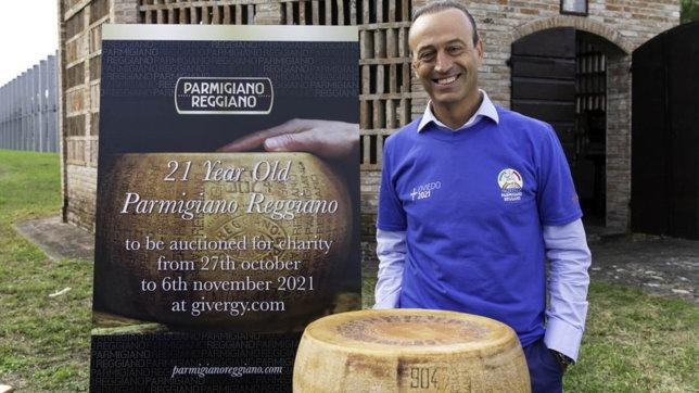 Parmigiano Reggiano, all'asta per beneficenza unaforma di 21 anni