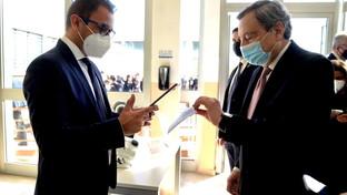 Bari, il premier Mario Draghi mostra il Green Passnella sede dell'azienda Masmec