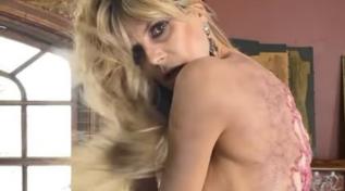 Heidi Klum in topless mostra uno scorcio del suo nuovo costume di Halloween... e un lato B da applauso