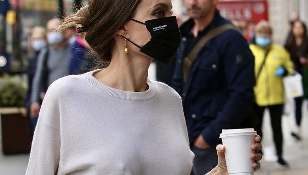 """Angelina Jolie fa shopping con i figli ma """"dimentica"""" il reggiseno"""